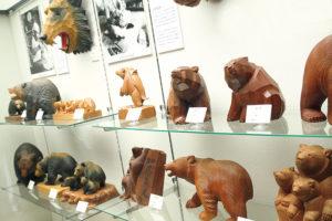 八雲郷土資料館の熊の木彫り2